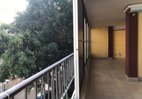 ברחוב חיסין המבוקש! בבניין משופץ עם מעלית! דירת 93 מ״ר נטו לשיפוץ!