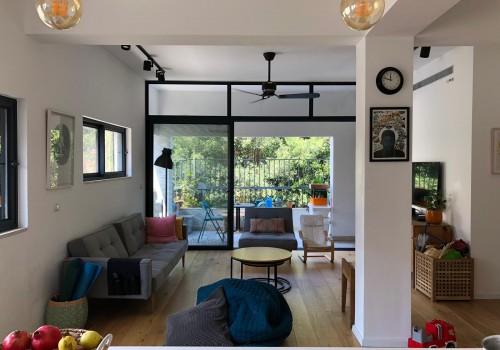 בשד׳ בן ציון דירת 4 חד׳ בקומה ג׳ עם מעלית ומרפסת שמש מוקפת עצים, משופצת אדריכלית!