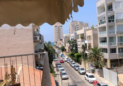 ברח׳ הרב קוק מרחק נגיעה מחוף הים! בבניין באוהאוס דירה בשטח של 77 מ״ר פלוס מרפסת שמש של 4מ״ר