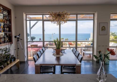 דירת חלומות מול הים ברח׳ קדם, 200מ״ר בנוי פלוס 170 מ״ר חצר עם חניה בטאבו!