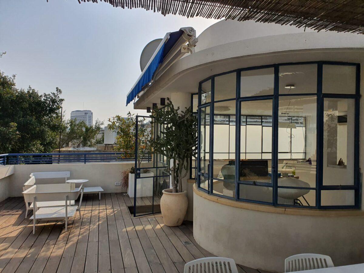 בקרבת הים בבניין באוהאוס! דירת גג ייחודית! כ120 מ״ר בנוי פלוס 70 מ״ר גג!