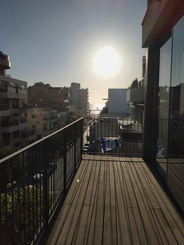 ברחוב יונה הנביא בבניין חדש 118 מ״ר בנוי + 12 מ״ר מרפסת עם נוף לים עם מעלית וחניה בטאבו!