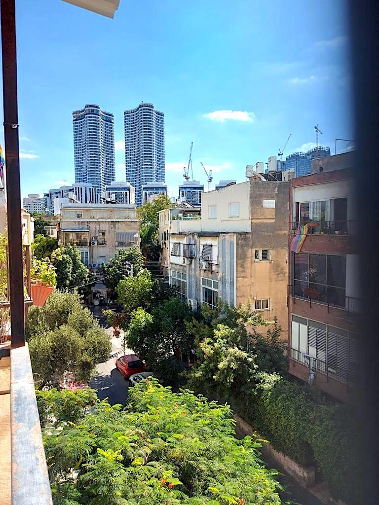 במיקום מבוקש מאוד בלב העיר! דירת אופי שמורה בשטח של 58 מ״ר נטו בקומה ג׳ עם 3כ״א מלאים
